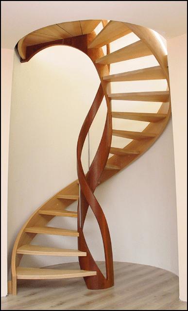 Un escalier en colimaçon en bois